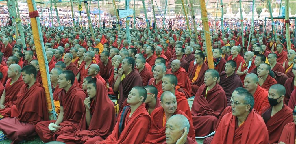 Много монахов — сновидение символизирует желание человека уединиться, скрыться от внешнего мира.